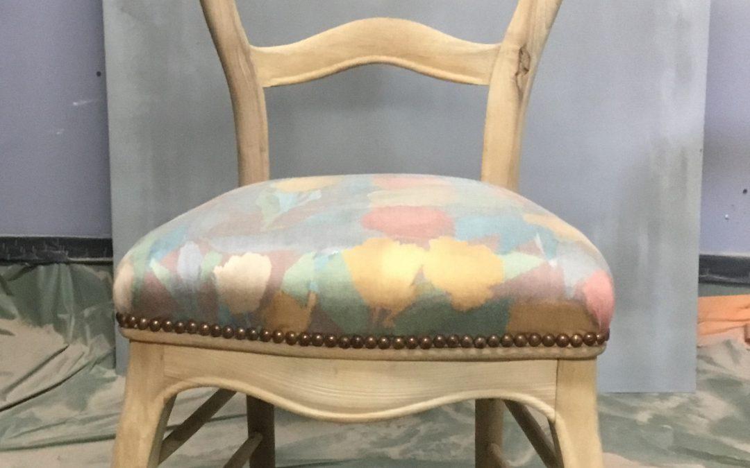 Aerogommage de mobilier ancien pour obtenir un bois plus clair