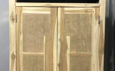 Aerogommage de meuble en acacia realisé en cabine de sablage à sceaux d'anjou