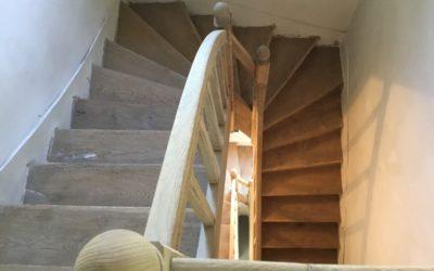 Aerogommage escalier en chêne peint à Angers