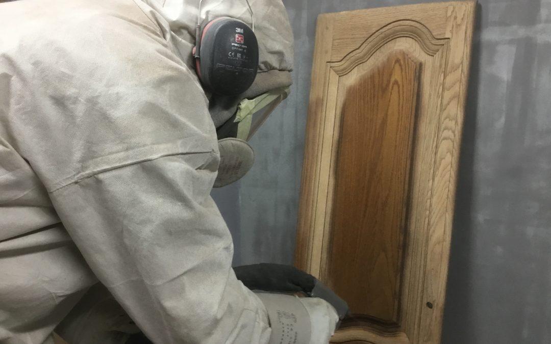 Décapage armoire en chêne massif