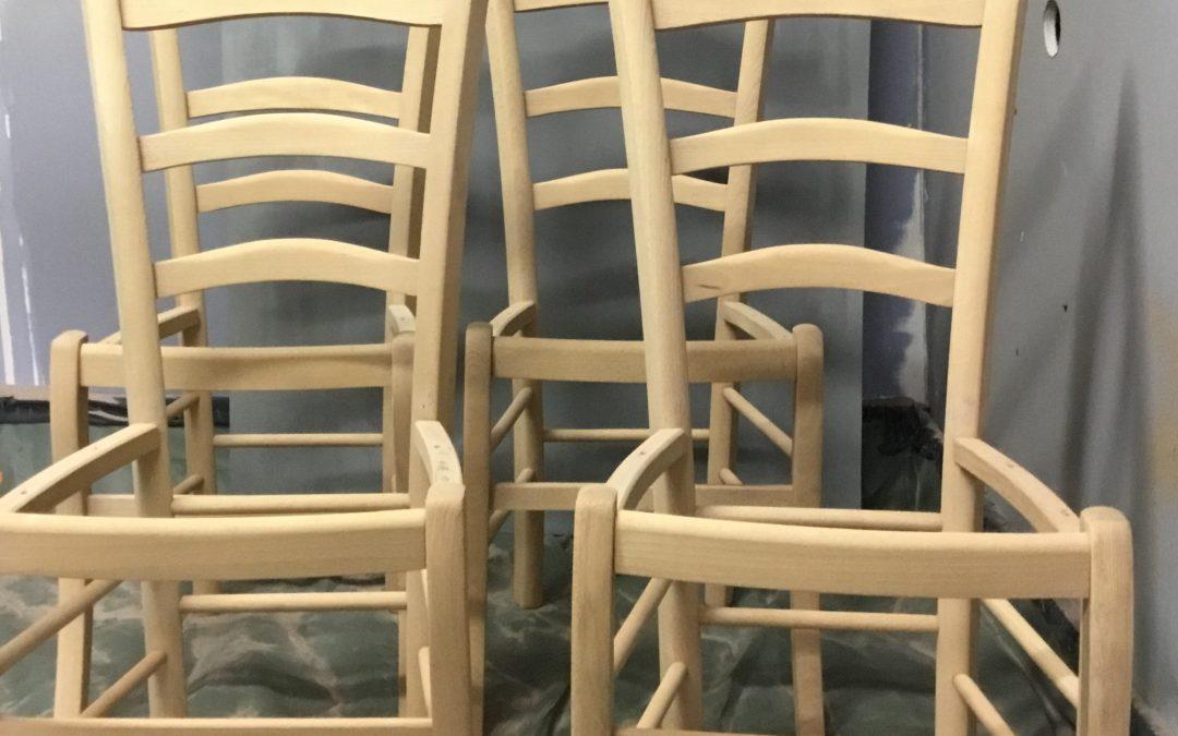 Décapage par aerogommage de chaises en hêtre