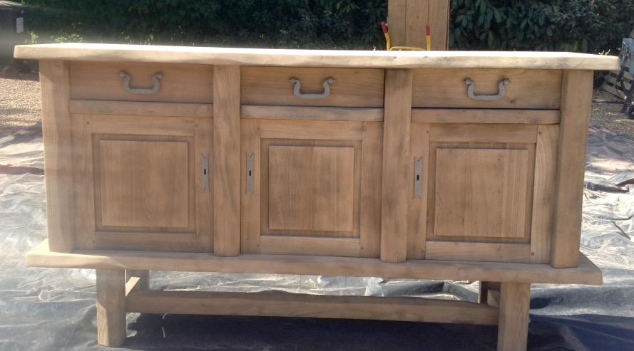 Aerogommage d'un meuble bas de salle à manger en chêne sur la Baule