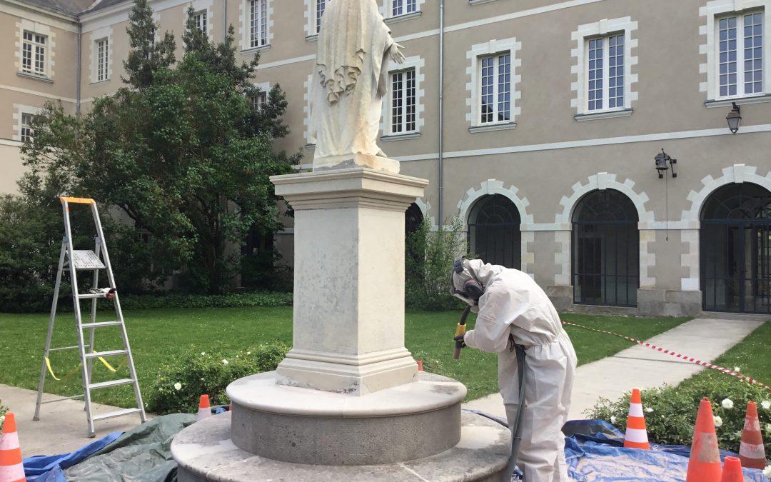 Nettoyage par aérogommage d'une statue en pierre de taille